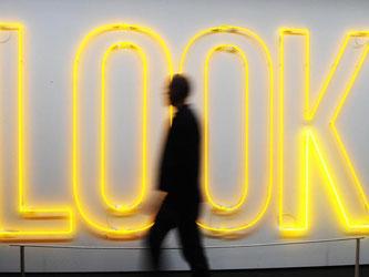 Bei «Spot an!» werden unter anderem Werke von Maurizio Nannucci gezeigt. Foto: Uli Deck/Archiv