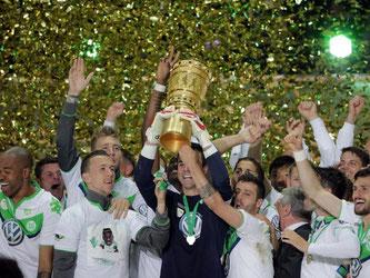 Der VfL Wolfsburg feiert den Pokalsieg. Foto: Michael Kappeler