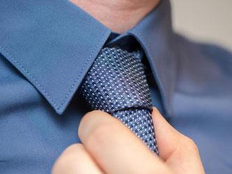 Bitte unauffälliger: Die Zeiten kunterbunter und stark gemusterter Krawatten sind vorbei. Jetzt wird auf Understatement Wert gelegt. Foto: Andrea Warnecke