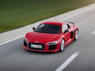 Bei einem Spitzentempo von 300 km/h lässt der R8 die Welt an einem vorbeirasen. 330 km/h Foto: Audi