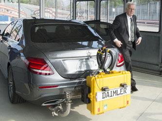 Winfried Kretschmann (Grüne) steigt aus einem Daimler-Testfahrzeug. Foto: F.Kraufmann