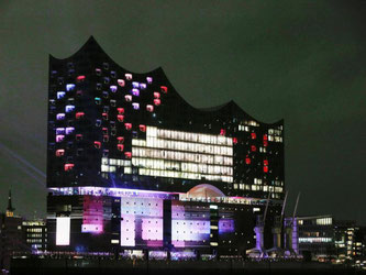 In Licht getaucht: Die Hamburger Elbphilharmonie. Foto: Markus Scholz