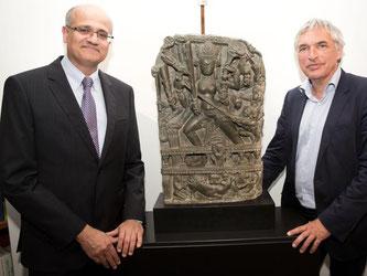Botschafter Vijay Keshav Gokhale (l) erhielt die Statue der Göttin Durga zurück. Foto: J. Carstensen