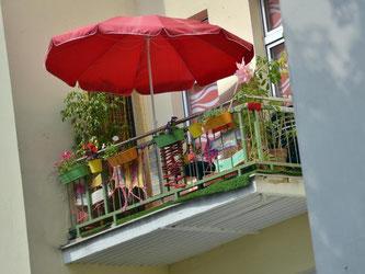 Verschattung und direkte Einsehbarkeit: Ein neuer Balkon kann die darunter wohnenden Nachbarn zur Mietminderung berechtigen. Foto: Britta Pedersen