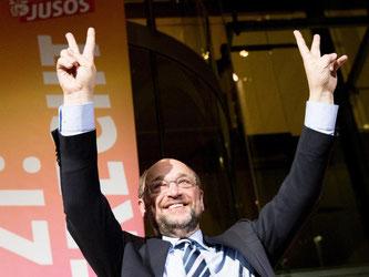 Der SPD-Kanzlerkandidat und künftige Parteivorsitzende, Martin Schulz nach einer zu Mitgliedern der SPD-Nachwuchsorganisation Jusos feiern. Foto: Kay Nietfeld