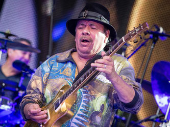 Carlos Santana spielt auf dem Schlossplatz in Stuttgart. Foto: Christoph Schmidt