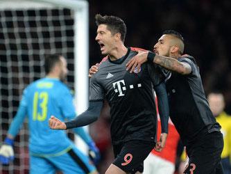 Torschütze Robert Lewandowski (l) und Arturo Vidal jubeln über das Tor zum 1:1-Ausgleich für die Bayern. Foto: Andreas Gebert