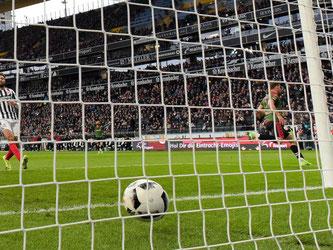 Freiburgs Florian Niederlechner (r) erzielte den Treffer zum 1:1 in Frankfurt. Foto: Thorsten Wagner