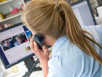 Wer mit dem Dienstapparat private Gespräche führt, riskiert seinen Job. Dies gilt erst recht, wenn kostenpflichtige Hotlines angerufen werden. Foto: Inga Kjer