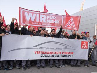 Porsche Arbeitnehmer demonstrieren während eines Warnstreiks in Stuttgart. Foto: Deniz Calagan