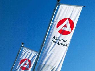 Fahnen der «Agentur für Arbeit» wehen im Wind. Foto: Jens Büttner/Archiv