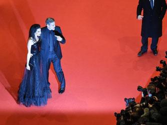 Sie haben ihre Fans lange warten lassen - und wurden schließlich begeistert empfangen: George und Amal Clooney. Foto: Bernd von Jutrczenka