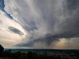 Bei Unwetterschäden sollte die Versicherung so schnell wie möglich informiert sein. Foto: Nicolas Armer
