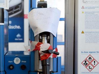 Wenn Tankstellen kein Erdgas mehr bereitstellen, können Halter von Erdgasautos auch mit Superbenzin fahren. Denn die Fahrzeuge haben einen Zusatztank. Foto: Henning Kaiser