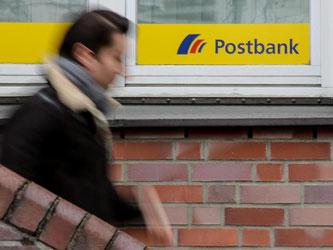 Verdi fordert für die 9000 Postbank-Mitarbeiter eine Verlängerung des Kündigungsschutzes bis 2020. Foto: Axel Heimken/Archiv