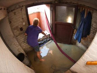 Wenn Wassermassen den Keller fluten, entstehen am Haus oft schwere Schäden. Eine Elementarschadenversicherung übernimmt die Kosten. Foto: Arno Burgi
