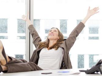 Rundum zufrieden am Arbeitsplatz. Dafür können Mitarbeiter einiges tun: Sie sollten zunächst ihre Aufgaben analysieren und überlegen, welche sie davon besonders gerne machen. Foto: Monique Wüstenhagen/dpa-tmn