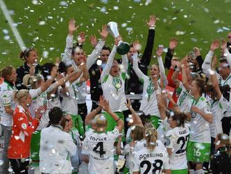 Das Wolfsburger Team feiert überschwänglich den Gewinn des DFB-Pokals. Foto: Carmen Jaspersen