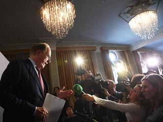 Richard McLaren (l) stellte in London seinen Bericht über Doping in Russland vor. Foto: Facundo Arrizabalaga