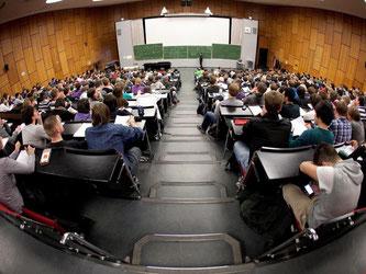 Führt der Weg in den Hörsaal nicht über die reguläre Bewerbung, bleibt als Alternative noch die Studienplatzklage. Das ist jedoch ein unsicherer und vor allem kostspieliger Weg. Foto: Kai Remmers