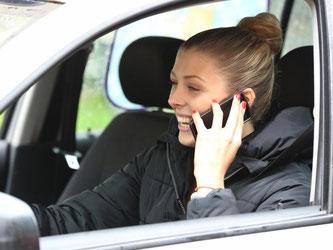 Telefonieren am Steuer kann schon in Deutschland ganz schön teuer werden - im Ausland sind die Geldbußen oft noch deutlich happiger. Foto: Bodo Marks