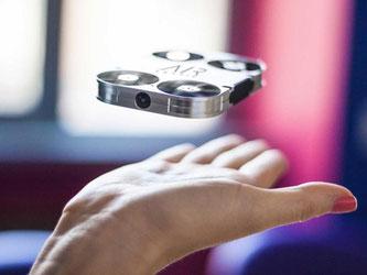 Passt in eine Handfläche, kann fliegen und soll Selbstpoträts aus spannenden Positionen schießen: Die fliegende Mini-Kamera AirSelfie. Foto: AirSelfie/dpa-tmn