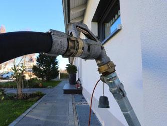 Auffüllung des Öltanks eines Privathauses. Wer mit Öl heizt, zahlt derzeit erheblich weniger als Besitzer von Gasheizungen. Foto: Karl-Josef Hildenbrand