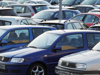 Gelände eines Gebrauchtwagenhändlers in München. Künftig sollen wohl die Verkäufer die Beweislast bei einem Schaden, der innerhalb von sechs Monaten auftritt, tragen. Foto: Tobias Hase