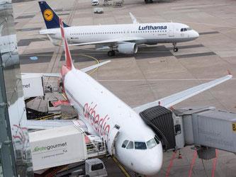 Jets von Air Berlin und Lufthansa auf dem Düsseldorfer Flughafen. Foto: Bernd Thissen