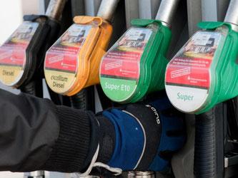 Zielsicherer Zugriff: Nicht immer ist die Wahl des richtigen Kraftstoffes einfach - Super E10 beispielsweise verträgt nicht jedes Auto. Foto: Klaus-Dietmar Gabbert