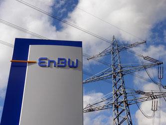 Logo des Energieversorgers Energie Baden-Württemberg (EnBW) vor Strommast. Foto: Uli Deck/Archiv