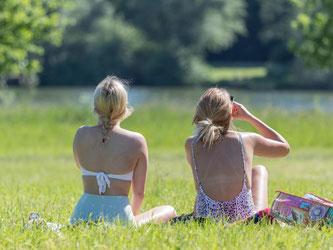Im Süden und Südwesten Deutschlands kann das Sonnenbaden derzeit unangenehm werden. Laut DWD-Gefahrenindex liegen dort die UV-Werte im oberen Bereich. Foto: Friso Gentsch/dpa