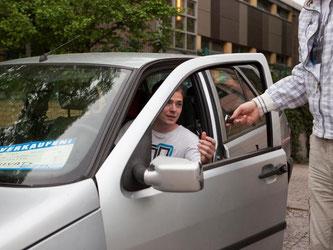 Geld gegen Fahrzeug und Papiere. Einen schriftlichen Kaufvertrag sollten Käufer und Verkäufer dennoch abschließen, raten Experten. Foto: Silvia Marks/dpa-tmn