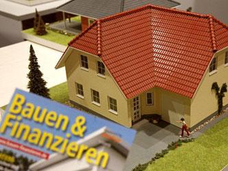 Auch zu Zeiten des Niedrigzinses sind Immobilienkredite nicht überall ein Schnäppchen. Die Stiftung Warentest hat unter den Anbietern große Unterschiede ausgemacht. Foto: Jan Woitas