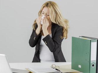 6: Wohin man am Arbeitsplatz auch schaut: Fast überall niest jemand. Um trotzdem fit zu bleiben, hilft es, die Tastaturen öfter zu desinfizieren. Foto: Monique Wüstenhagen