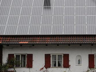 Eine Solaranlage ist auf dem Dach eines Hauses in Oberbayern. Foto: Andreas Gebert