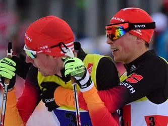 Völlig erschöpft im Ziel: Johannes Rydzek (l) und Eric Frenzel mussten sich nur knapp den Franzosen geschlagen geben. Foto: Hendrik Schmidt