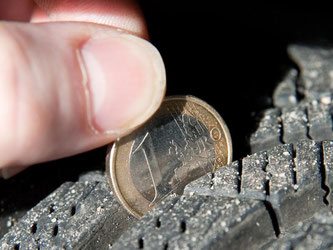 Eine Reifenprofil-Check ist kinderleicht. Foto: Andrea Warnecke/dpa-tmn