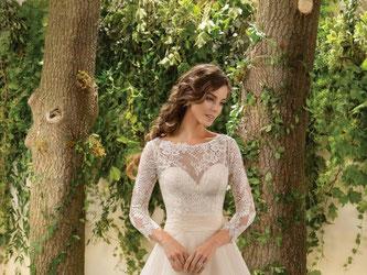 Ein weit ausgestellter Rock - 2016 darf das Brautkleid gerne wieder etwas opulenter sein, wie bei diesem Modell von Jasmine. Foto: Jasmine