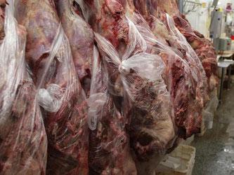 Metzgereiangestellte bei der Fleischverarbeitung im brasilianischen Rio de Janeiro. In Brasilien sollen mindestens 21 Firmen verdorbenes Fleisch umetikettiert, gestreckt und mit Chemikalien bearbeitet haben. Foto: Eraldo Peres/Archiv