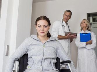 Eine Krankheit kann Arbeitnehmer schnell aus der Bahn werfen. Wer eine Berufsunfähigkeitspolice hat, ist zumindest vor einem finanziellen Absturz gesichert. Foto: MITO Images