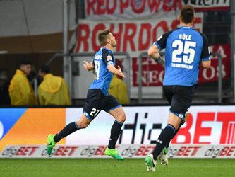 Der Hoffenheimer Andrej Kramaric (l) bejubelt sein Tor gegen die Bayern. Foto: Uwe Anspach