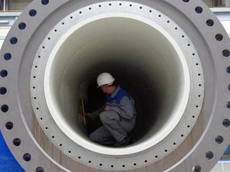Ein Mitarbeiter der Voith GmbH vermisst Teile einer Wasserkraftturbine. Foto: Stefan Puchner/Archiv