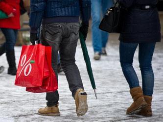 Passant mit Einkaufstüten: Volkswirte rechnen mit einen Plus der Wirtschaftsleistung von 1,7 Prozent zum Vorjahr. Foto: Inga Kjer, Archiv
