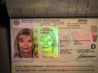 Der neue Reisepass ist mit zahlreichen Sicherheitsmerkmalen ausgerüstet, unter anderem ist ein Hologramm mit dem Passbild und dem Bundesadler zu sehen. Foto: Michael Kappeler