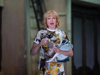 Schauspielerin Rebecca von Lipinski auf der Bühne der Oper in Stuttgart. Foto: Christoph Schmidt