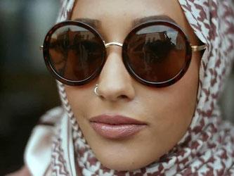 Das Handout zeigt ein muslimisches Model, das in einem Werbevideo der Modekette H&M einen Hidschab trägt. Foto: H&M