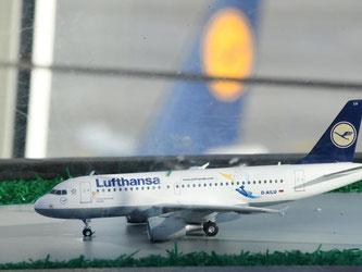 Ein Miniatur-Flugzeug der Lufthansa steht am Flughafen. Foto: Peter Kneffel