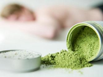 Radikalfänger, der die Hautgesundheit unterstützt: Grüner Tee ist ein beliebter Inhaltsstoff in Cremes, Badesalzen, Shampoo und Lotions. Foto: Franziska Gabbert