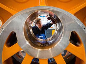 Ein Mitarbeiter des Maschinenbauers Schuler AG reinigt ein Exzenterrad. Foto: Marijan Murat